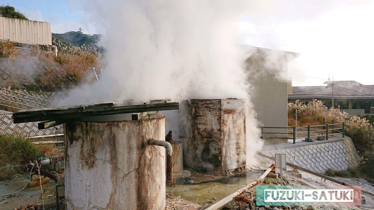 霧島国際ホテル前の湯けむり噴き出し口の様子 レトロと言うより古びた、むしろ壊れているようにも見える姿