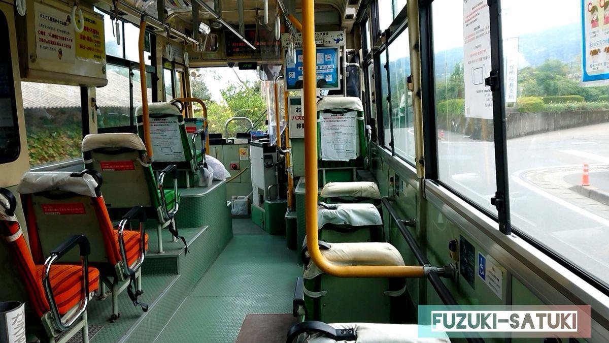 桜島の北側を走る、市営バス。白浜温泉センターへ向かうが、ほとんど乗客はいない。