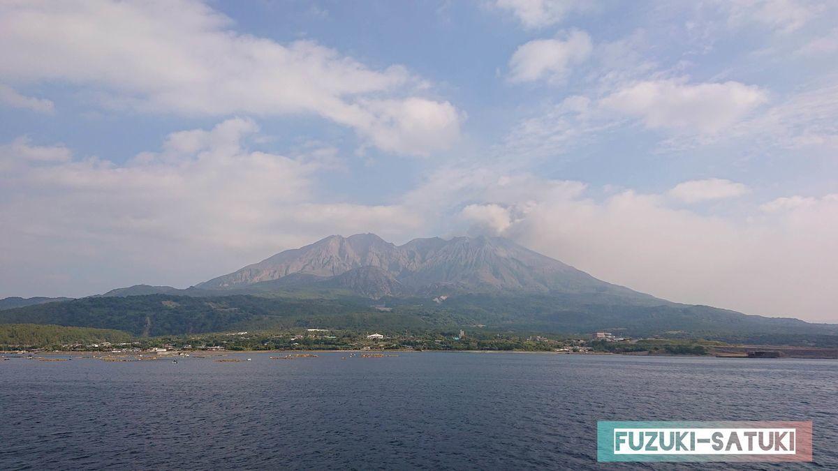 桜島フェリー よりみちクルーズから望む桜島。噴煙が溢れ出ている。