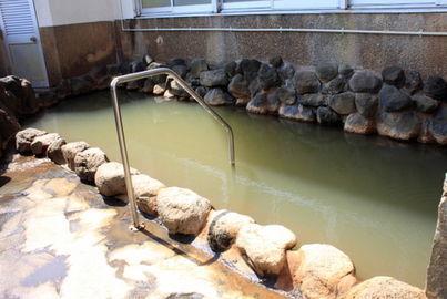 出典:みんなの桜島 より。内湯同様、黄土色の塩化物泉。浴槽から出て外を眺めると、民家から丸見えになる。