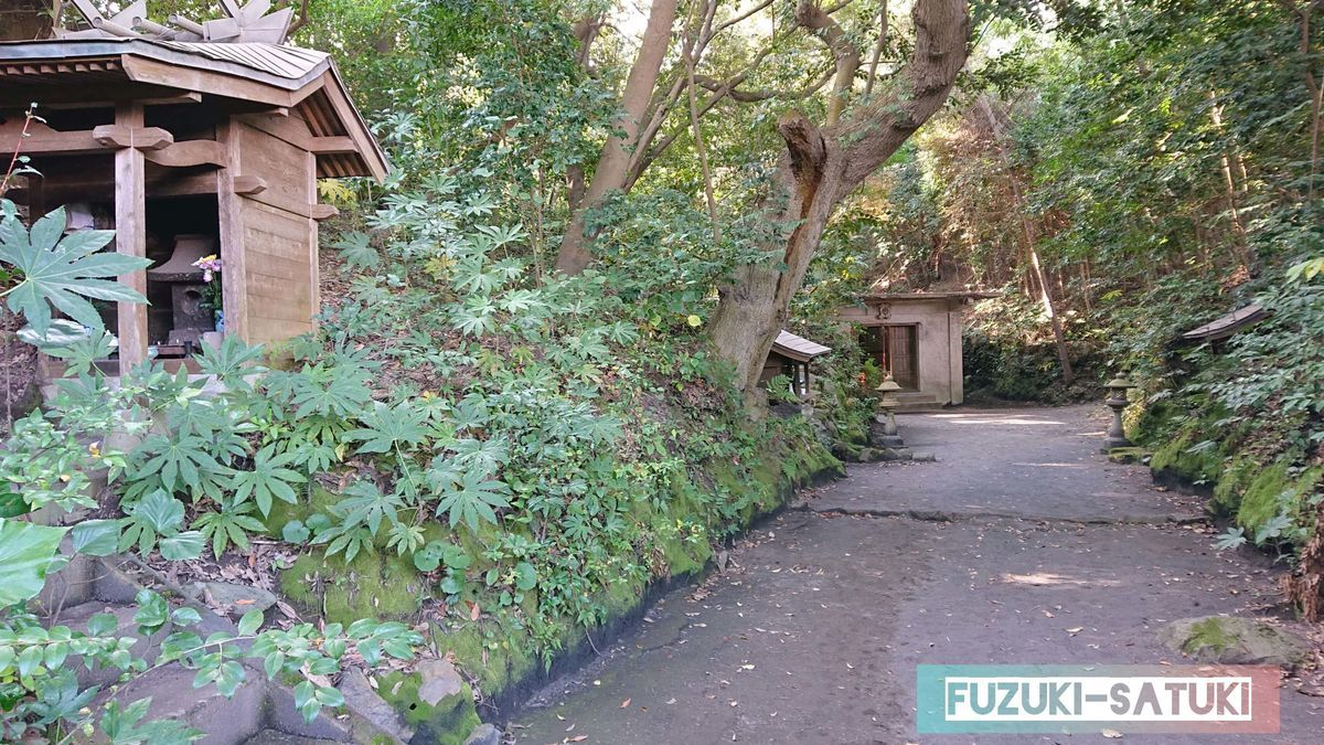 鹿児島県桜島にある黒神埋没鳥居の奥へ進む道。先には何か祀られている。