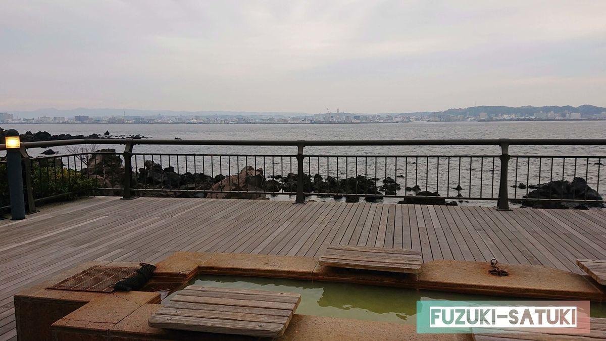 鹿児島県にある、「桜島」溶岩なぎさ公園足湯と錦江湾の眺望。うっすらと鹿児島の市街地が望める。