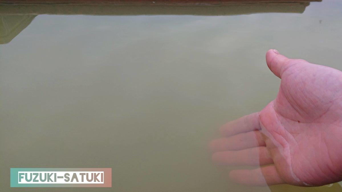 「桜島」溶岩なぎさ公園足湯の温度と濃厚さを、手を入れ確かめる。全長約100mあるものの、どこもほぼ一定の温度42度程度を保っている。手を深く沈めると見えづらくなるほど、濃厚な塩化物泉だとわかる。国民宿舎レインボー桜島と同じ源泉を掛け流している。