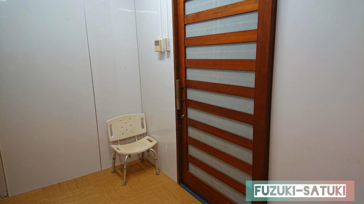 桜島マグマ温泉の貸切風呂にある背もたれのあるシャワーチェアー