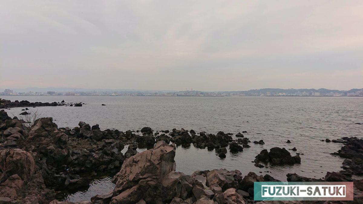 鹿児島県の桜島にある「桜島溶岩なぎさ公園」から錦江湾を眺める。噴火によりマグマが流れ出たカルデラに水が溜まった状態であるため、この辺りは溶岩で造られている。