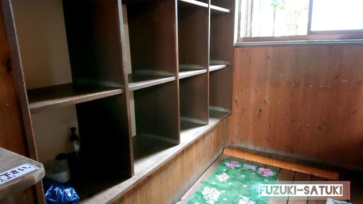 鹿児島県指宿市にある弥次ヶ湯温泉の男湯脱衣所の様子。ロッカーには鍵も扉もない、木枠のみ。