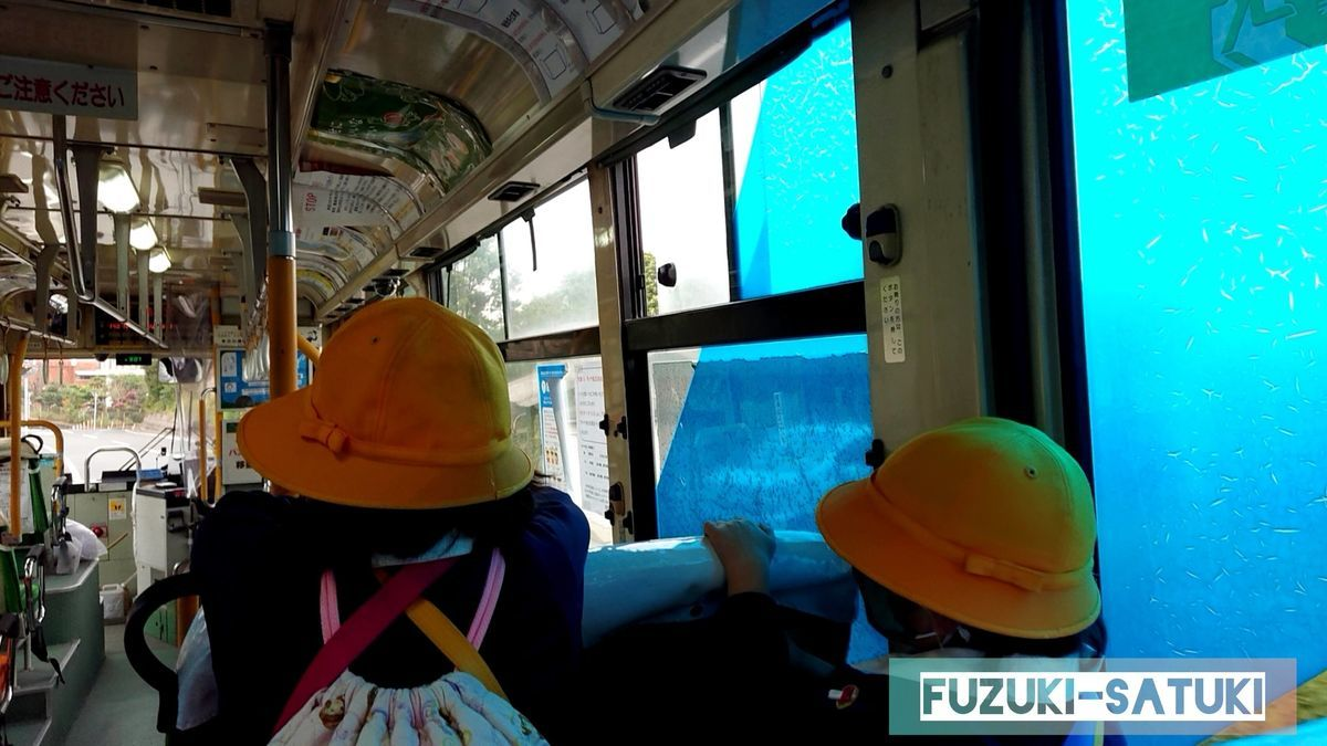 桜島の北側を走る市営バスの様子。送迎バスの役目も果たしている様子。