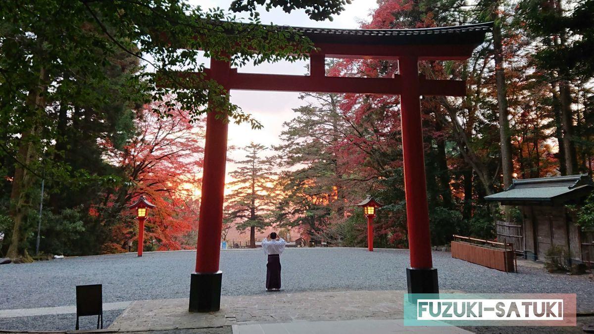 霧島神宮 鳥居からの夕陽 神宮の従事者でさえ、その魅力に惹かれてしまう。