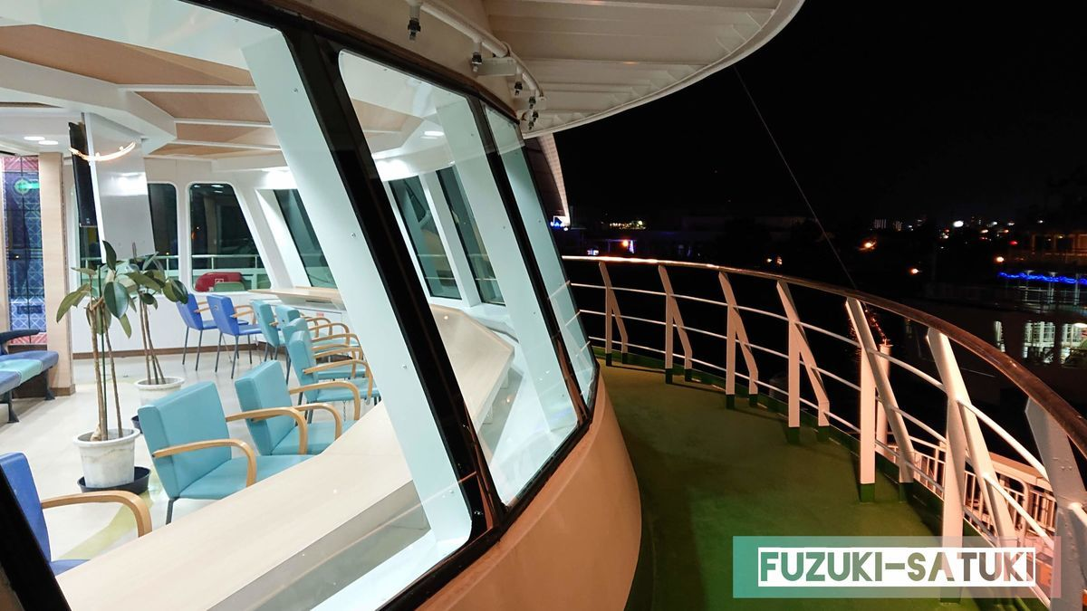 鹿児島県にある桜島フェリー。夜の船内と景色。