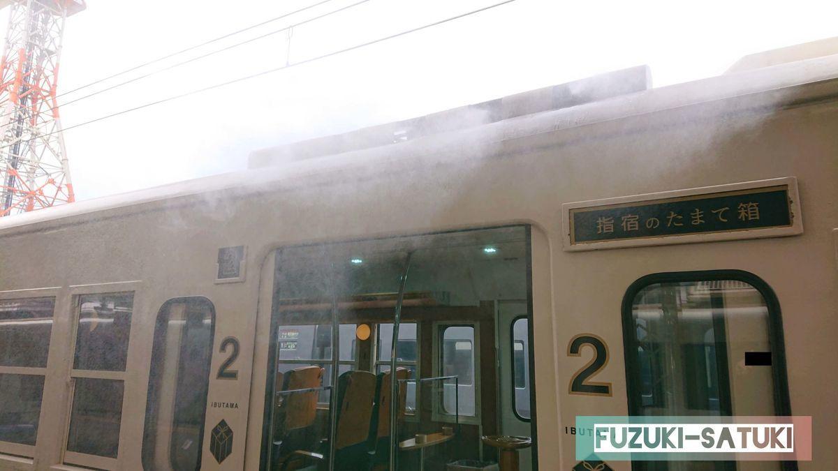 指宿駅へ向かうたまて箱、通称『いぶたま号』。扉が開くと、扉上部からプシューと煙が噴き出すのが特徴。