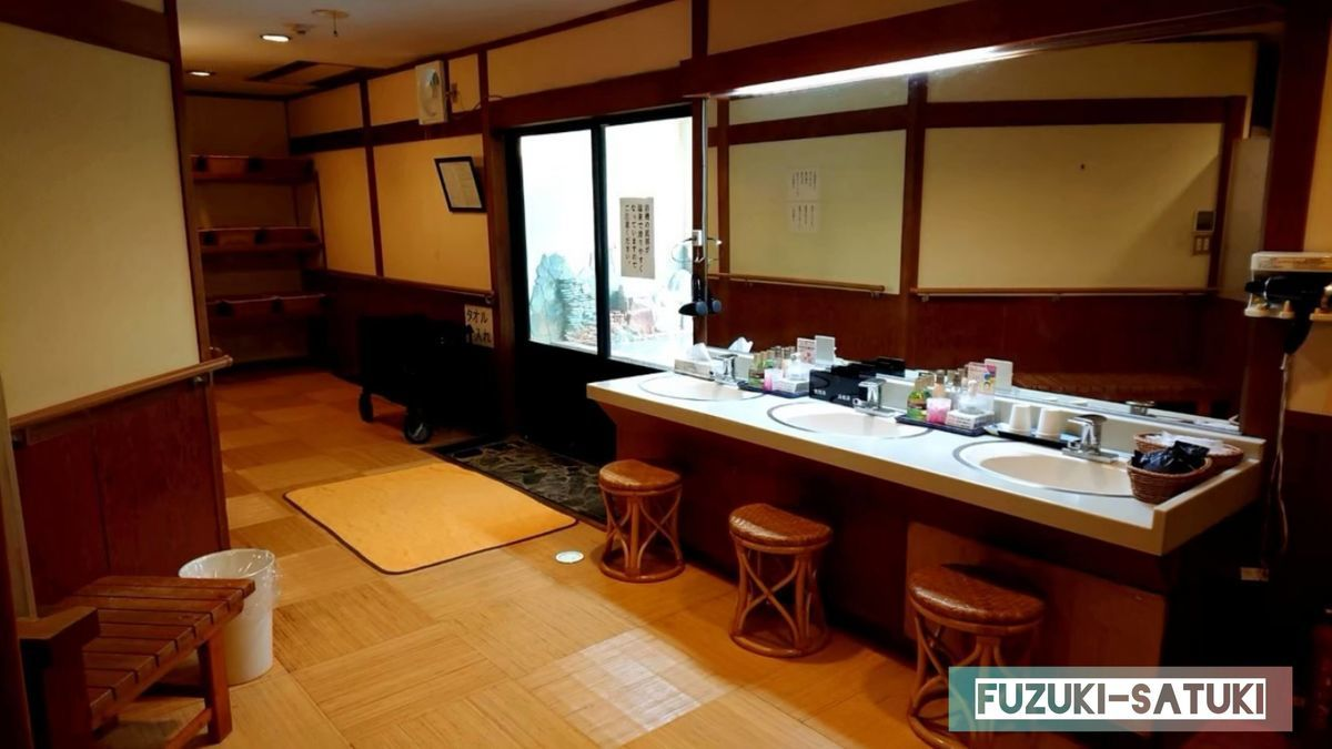 湯谷観光ホテル泉山閣 ほのくにの湯 脱衣所の様子。クシや髭剃り、ドライヤー等のアメニティーは備え付けてある。