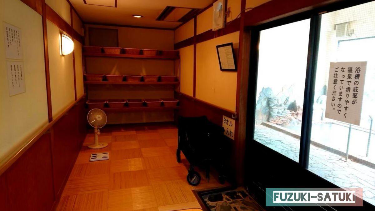 湯谷観光ホテル泉山閣 ほのくにの湯 脱衣所の様子。貴重品ロッカーはなく、脱衣カゴのみ。貴重品はフロントへ。