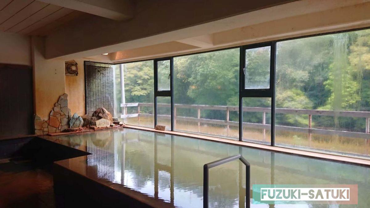 湯谷観光ホテル泉山閣 しんのこの湯 内湯の様子。ほのくにの湯と同様の造りだが、浴槽が高くなっていたり、湯口が異なっていたりする。お湯は同じ。