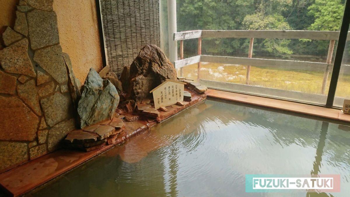 湯谷観光ホテル泉山閣 しんのこの湯 内湯の湯口付近。ほのくにの湯と同様で、写真で見る限りはさほど違いがないように見える。