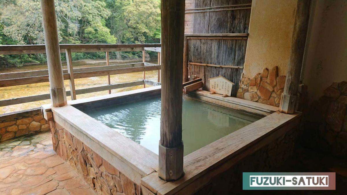 湯谷観光ホテル泉山閣 しんのこの湯 露天風呂の全体の様子。黄金の川の眺めは絶景。