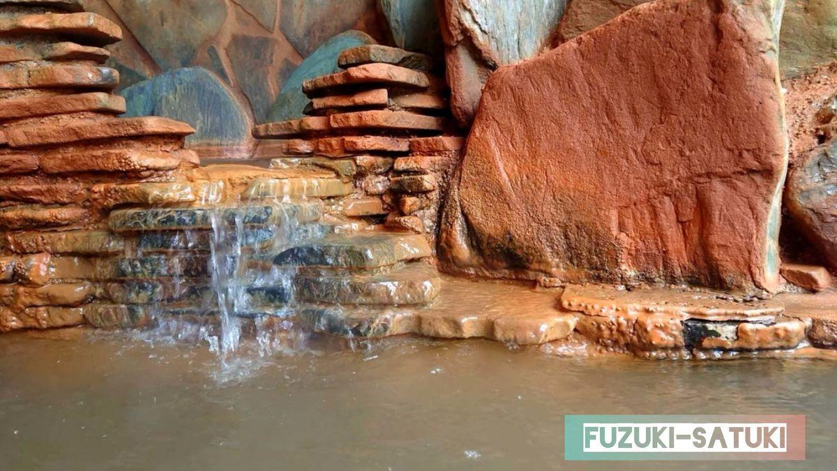 湯谷観光ホテル泉山閣 ほのくにの湯 内湯の湯口付近アップ。お湯は透明に近いものの、付近は赤茶色に染まっている。