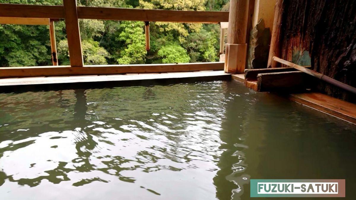湯谷観光ホテル泉山閣 ほのくにの湯 露天風呂の湯口のアップ。木枠からチョロチョロと、川のせせらぎと共に耳から入る音に癒される。