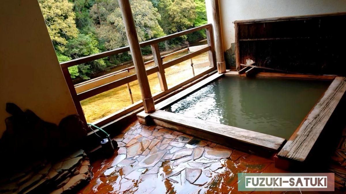 湯谷観光ホテル泉山閣 ほのくにの湯 露天風呂全体を眺める。溢れ出た先は赤茶色に染められている。黄金の川の眺めも素晴らしい。