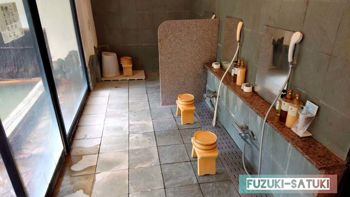 湯谷観光ホテル泉山閣 ほのくにの湯の洗い場の様子。カランやシャワー、シャンプー、コンディショナー、ボディーソープ、炭の石鹸など、充実している。