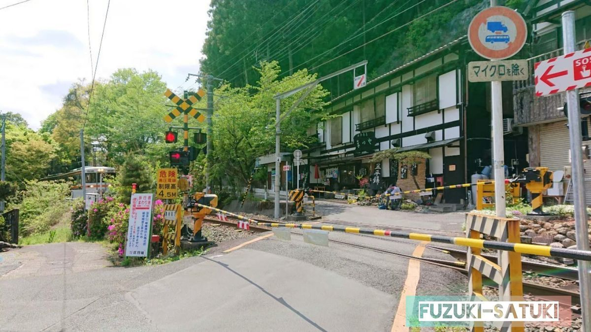 湯谷温泉街にある踏切にて。電車待ち。