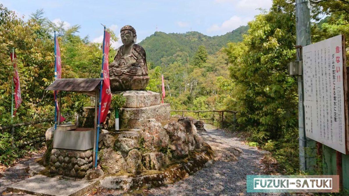 湯谷温泉にある鳳来薬師如来石像。遠目から全体を眺める。大仏を小さくしたような姿かたちをしている。
