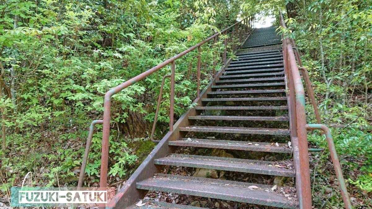 湯谷温泉にある馬背岩へ向かう階段
