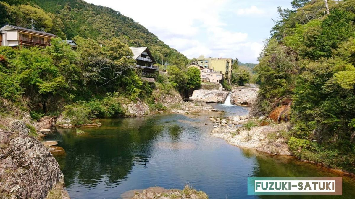 湯谷温泉にある浮石橋からの、絶景ビューポイント、素晴らしい渓谷と、湯谷温泉街を見渡せる。