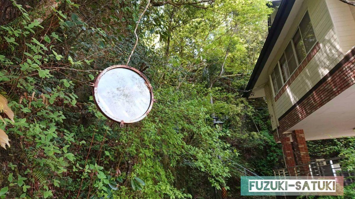 湯谷温泉にある、浮石橋に向かう途中にある鏡。何の用途があるのかは不明。
