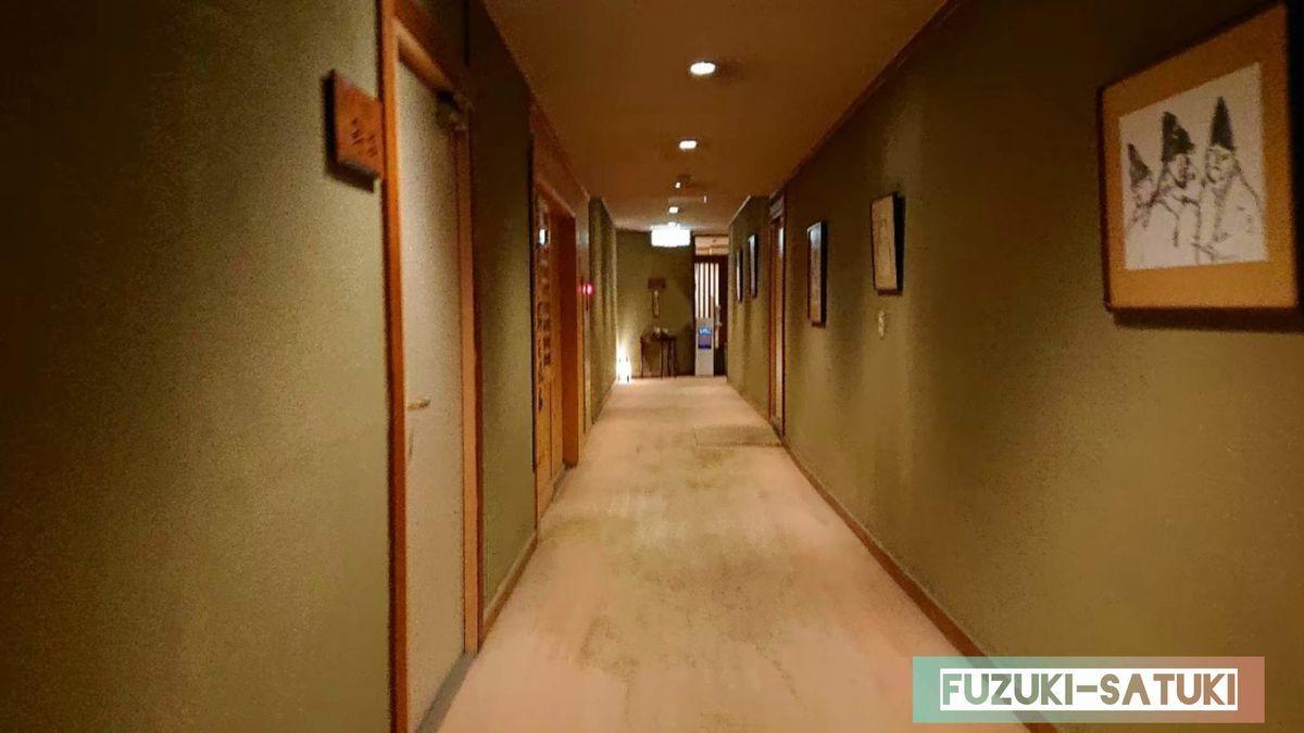 湯谷観光ホテル泉山閣のフロントから大浴場へと向かう廊下の様子。和でベージュの落ち着いた雰囲気。