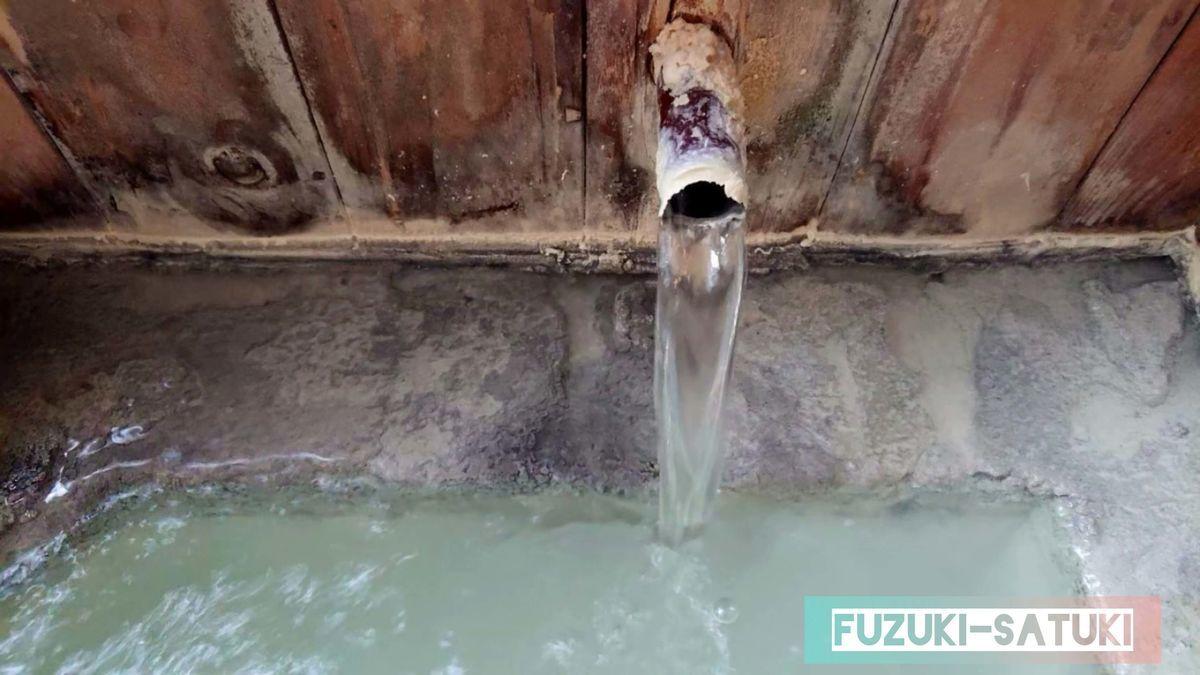 大出館 貸切風呂の温泉湯口。濃厚な乳白色の浴槽とは裏腹に、湯口から出るお湯は限りなく透明に近い色をしている。