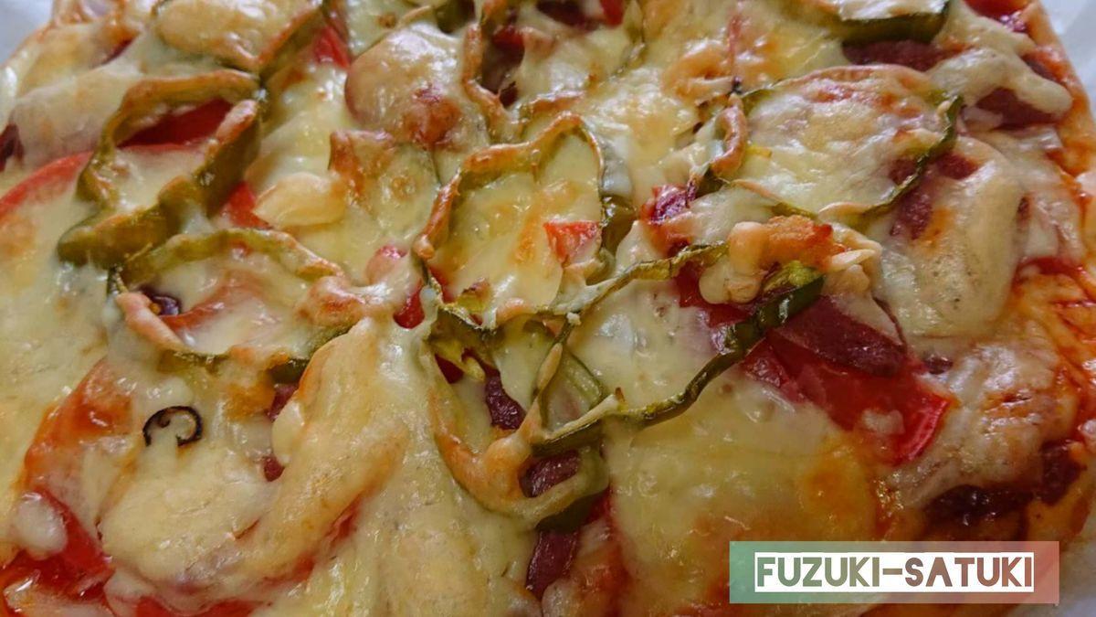 嫁のさつき手作りのピザ。焼き上がりの様子。サラミ、玉ねぎ、ピーマンの上にたっぷりチーズがこんがりとキツネ色で美味しそう。