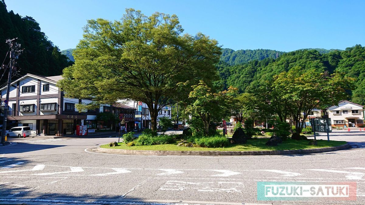 富山県にある立山駅のロータリー。新緑の青々とした木々と、青空がとても心地良い。