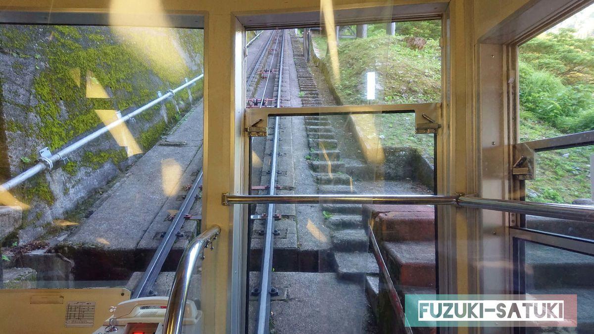 立山ケーブルカー車内にて。先頭からの眺めは、傾斜があるため地面が見える。
