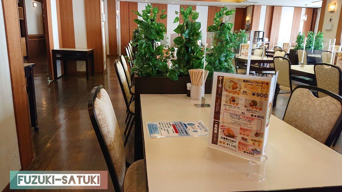 室堂平にある、ホテル立山2階のレストラン立山(内観)の様子。一般的なホテルのレストランと言った雰囲気に、窓からは立山連峰が望める。