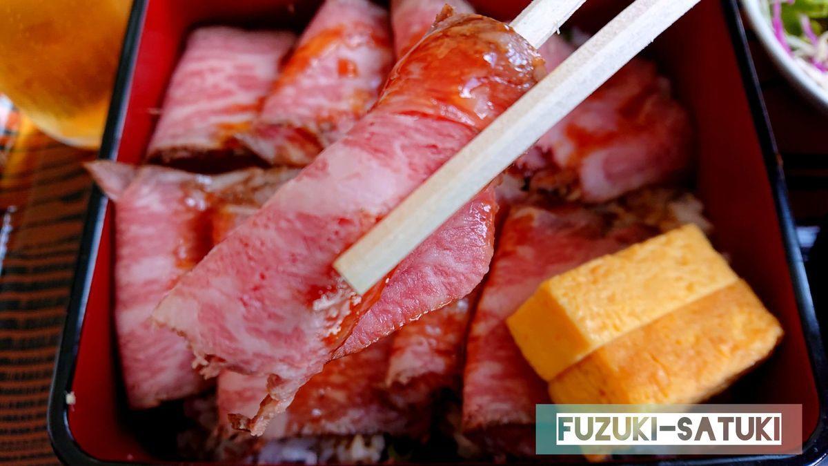 レストラン立山のローストビーフ重のお肉のアップ。とても柔らかく、ご飯が進み、お酒も進む。