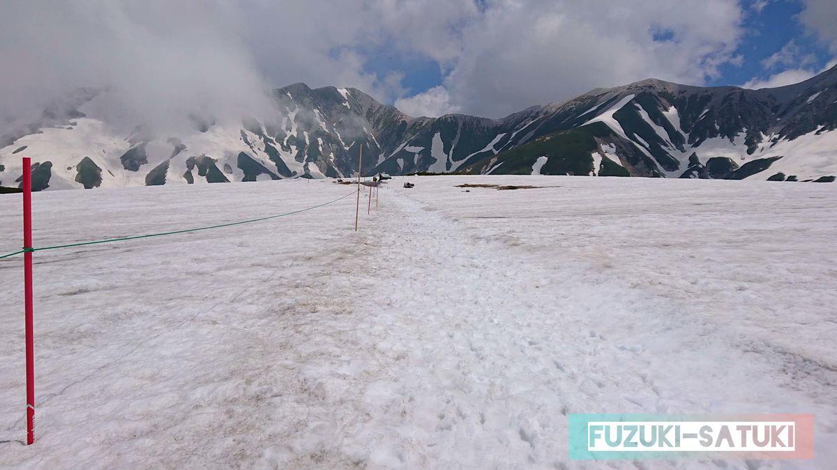 6月の室堂ターミナルからみくりが池方面へ歩いてすぐ、スキー場のような雪道に出くわす。