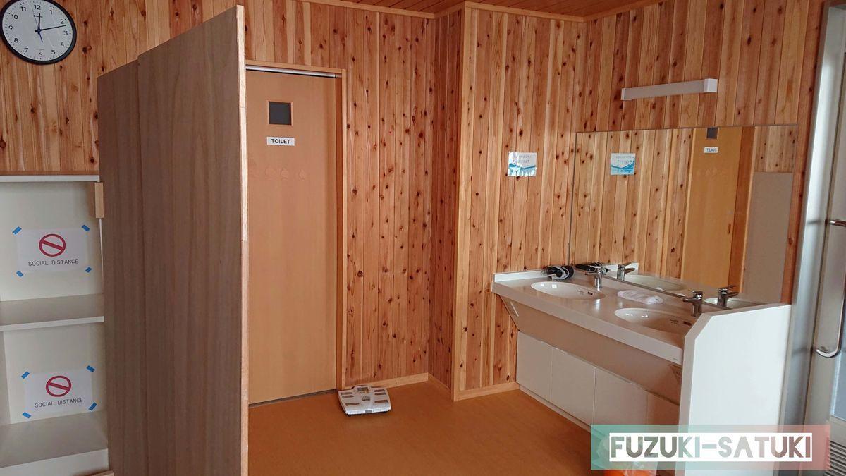 雷鳥荘の男湯脱衣所内の様子。木造の壁に、真っ白の洗面台が映える。リニューアルしたばかりか、とても綺麗。