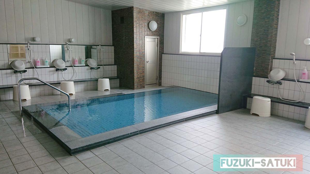雷鳥荘にある浴室の様子。立山の地下水を使用したお風呂のようで、とても澄んだ色をしている。