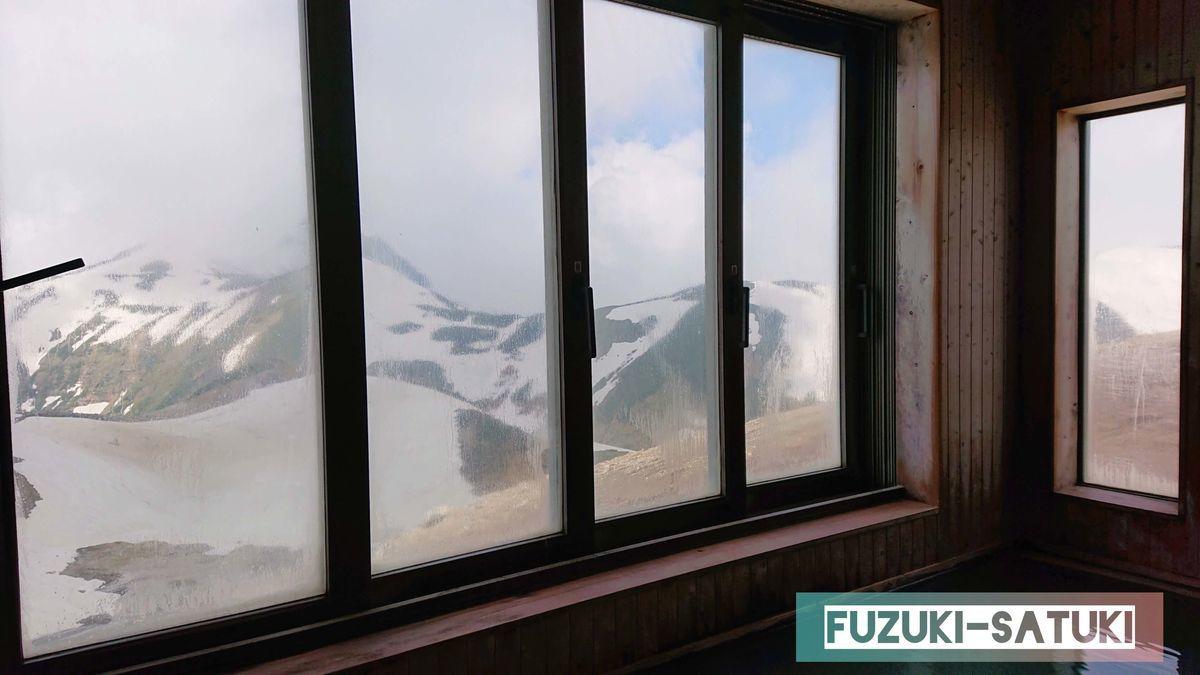 雷鳥荘にある男湯の展望風呂から見える立山連峰。良質な温泉と最高の景色は贅沢の極み。