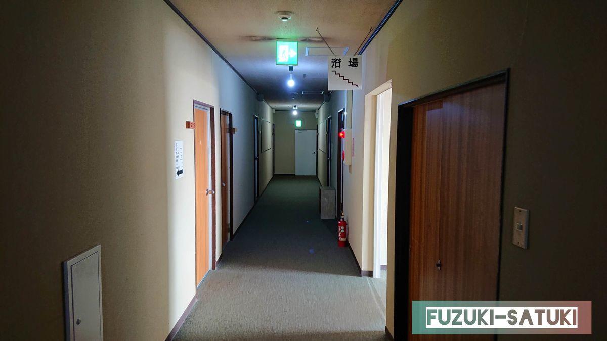 雷鳥荘の客室間の廊下。簡素な作り(余計なものがない)でシンプル。