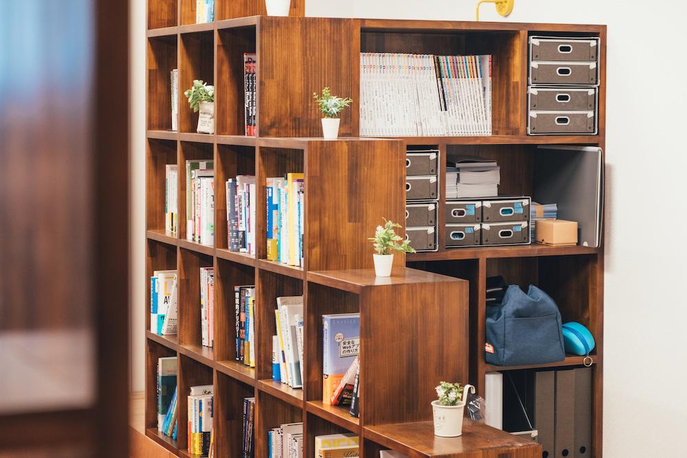 階段状の本棚