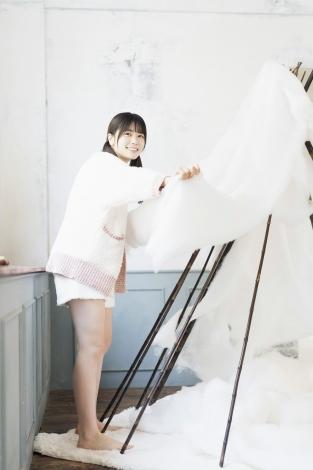 丹生明里がショーパンで魅せる健康美脚を『Platinum FLASH Vol.11』で披露