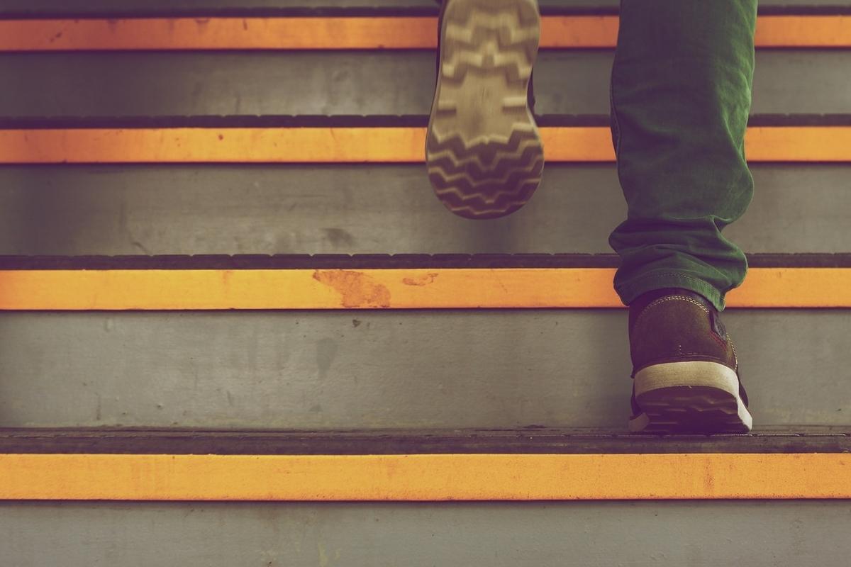 階段を上る足