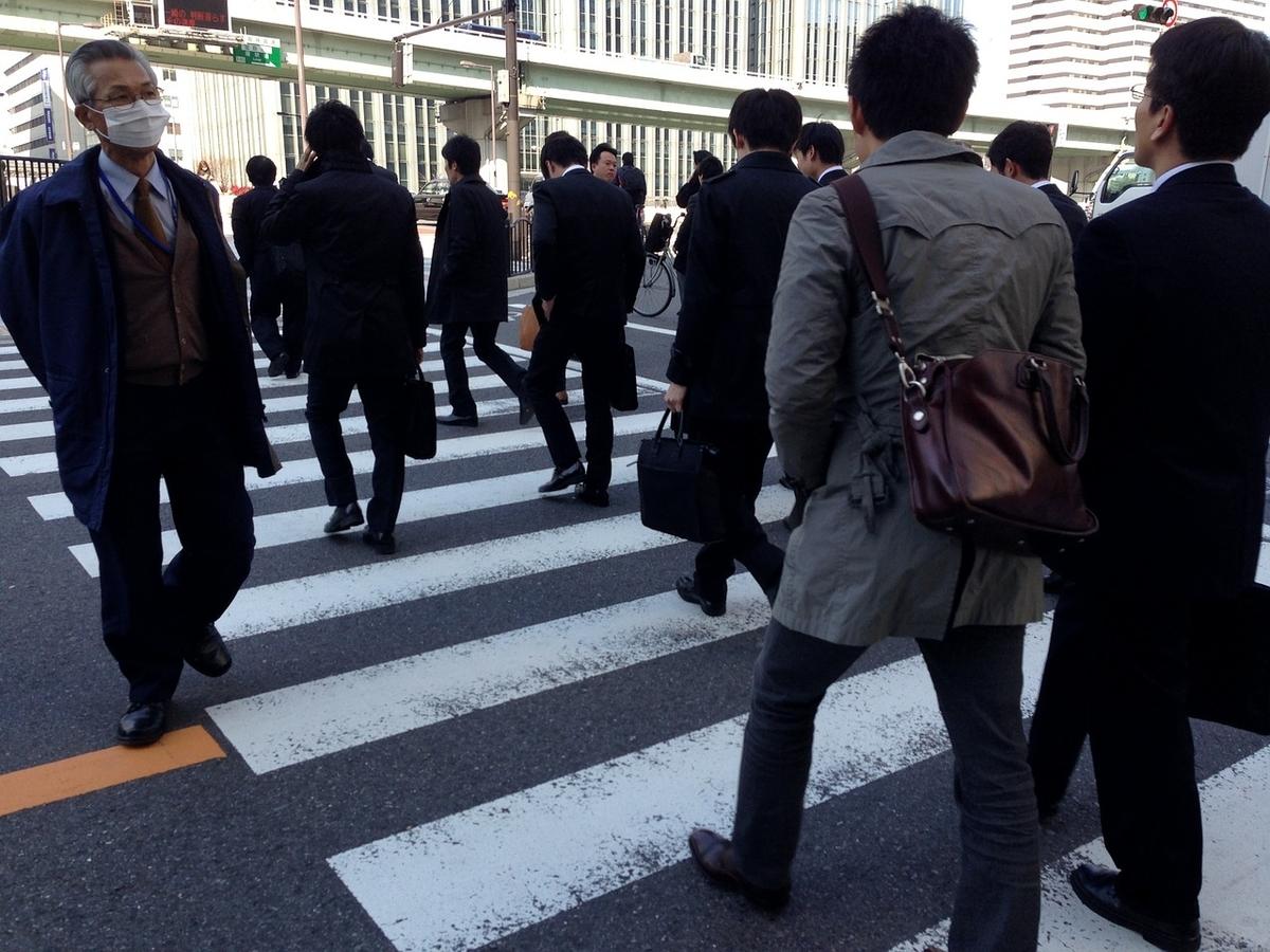 横断歩道を渡るサラリーマン