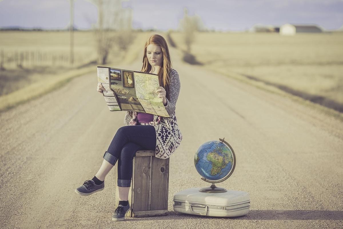 地図を見る女性と地球儀