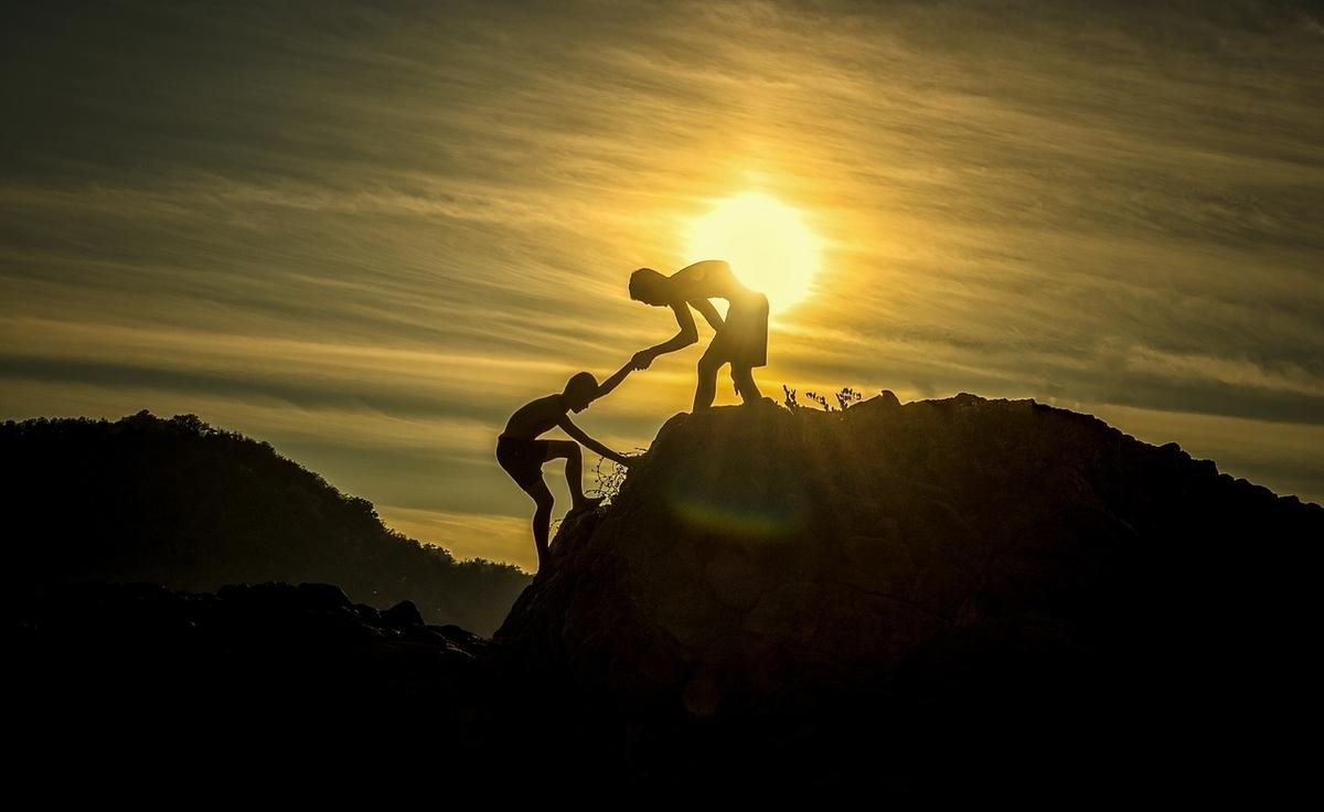 山登りで頂上に到達する2人