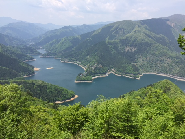 御前山の中腹からみたダムの景色