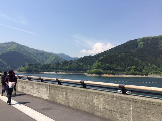 ダム沿いを歩く