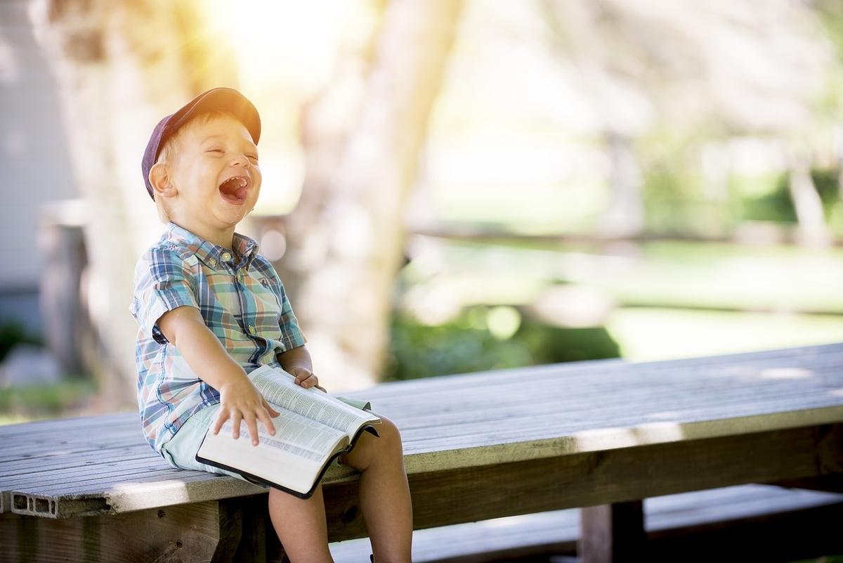 笑っている少年