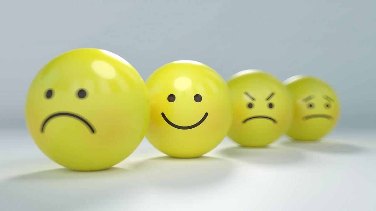 笑った顔や怒った顔などが書かれた4つのボール